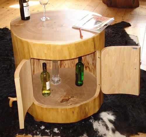 holztisch aus einem ausgeh hltem baumstamm gefertigt als. Black Bedroom Furniture Sets. Home Design Ideas